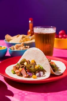 맥주와 함께 높은 각도 멕시코 요리