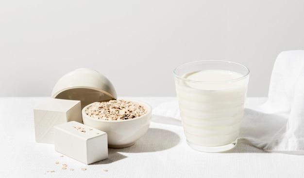 Alto angolo di bicchiere di latte con farina d'avena