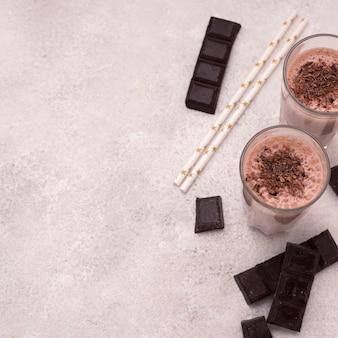 Alto angolo di bicchieri di frappè con cioccolato