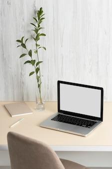 Набор минималистичных офисных столов под высоким углом