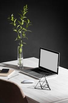 Минималистичный рабочий стол с высоким углом