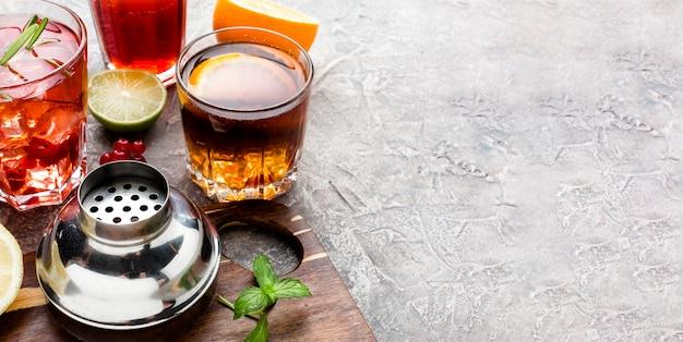 アルコール飲料とコピースペースのハイアングルミックス