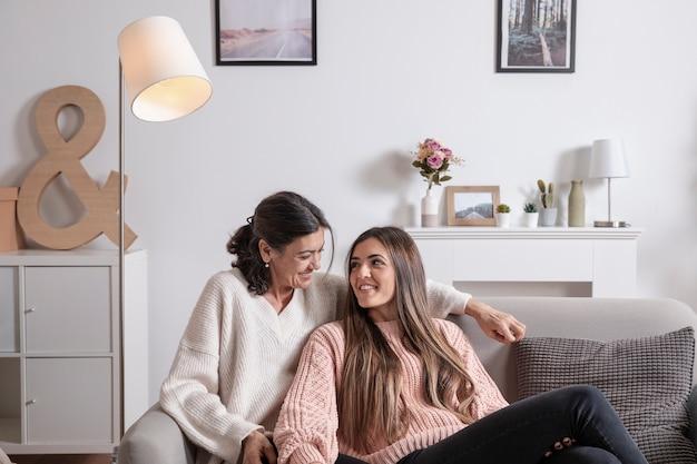 Высокий угол мама и дочь дома