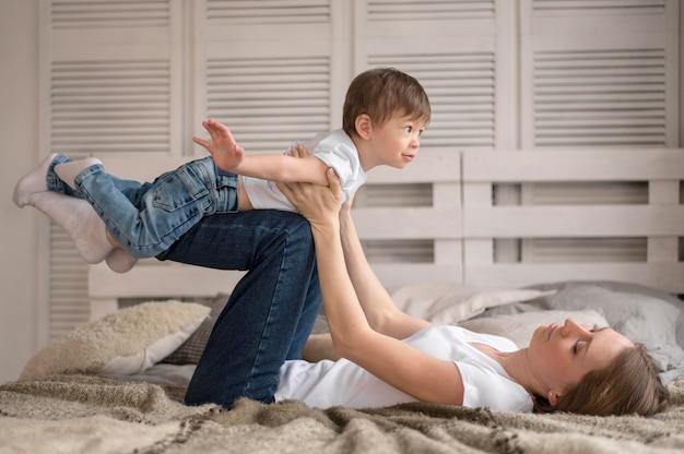 Высокий угол мама и сын дома