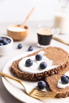 Alto angolo di pane tostato mattutino con mirtilli