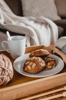 Tazza e biscotti ad alto angolo sul vassoio