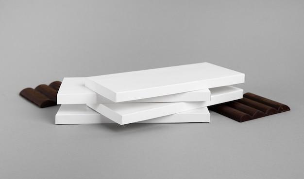 Alto angolo di più pacchetti di tavolette di cioccolato impilate