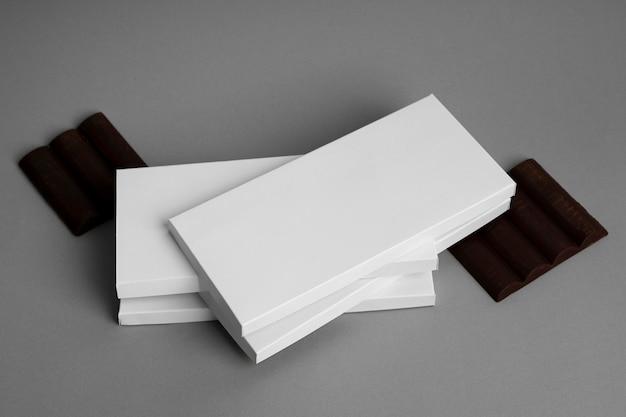 Alto angolo di confezioni multiple di tavolette di cioccolato impilate