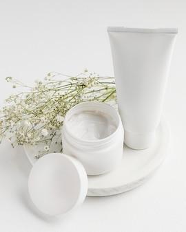 Alto angolo di concetto di crema naturale