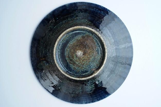 Высокий угол красивой старинной керамической миске на сером