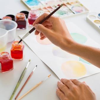 Высокий угол живописи художника с использованием акварели