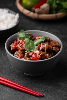 Высокий угол азиатского блюда с палочками для еды