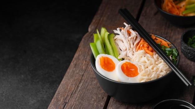卵とコピースペースとアジア料理の高角度