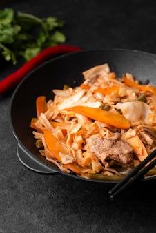 野菜とアジア料理の高角度