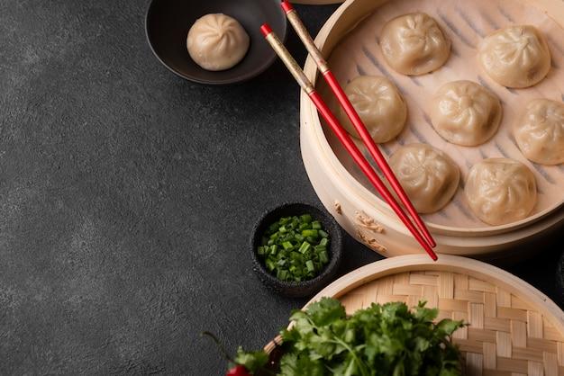 箸とコピースペースのあるアジアの餃子の高角度