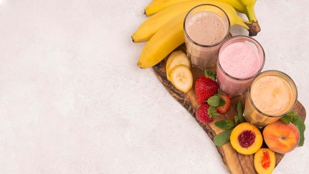 Большой угол ассортимента молочных коктейлей с персиком и копией пространства