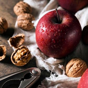Высокий угол осеннего яблока с грецкими орехами