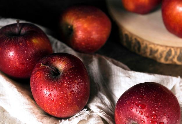 布の上の秋のリンゴの高角度