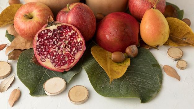 Высокий угол осенних фруктов с листьями
