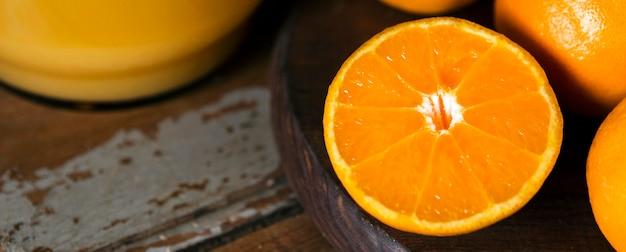 秋のオレンジ色の半分の高角度