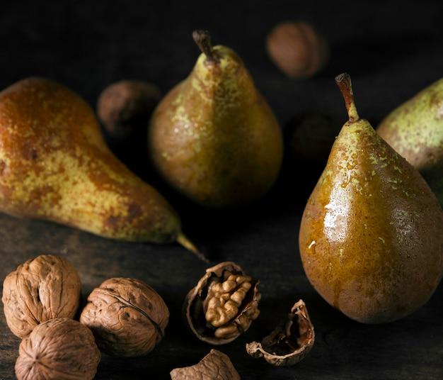 Высокий угол осенних груш с грецкими орехами