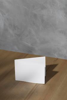 Высокий угол чистого листа бумаги с копией пространства