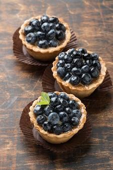 Высокий угол черничных десертов с мятой