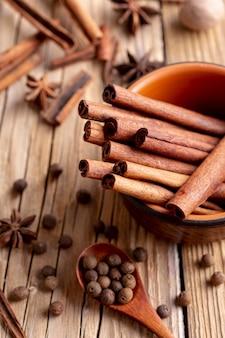 Высокий угол чаши с палочками корицы и звездчатого аниса и перца
