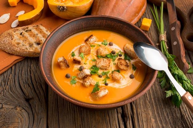 Чаша с большим углом наклона с зимним супом из кабачков и гренками