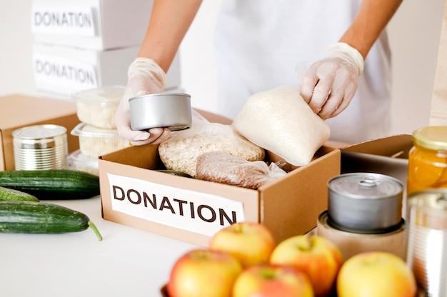 Большой угол коробки, подготовленной к пожертвованию