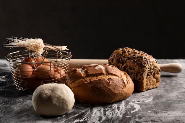 Высокий угол ассортимента хлеба на столе