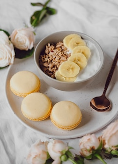 Высокий угол наклона тарелки для завтрака с хлопьями и бананом
