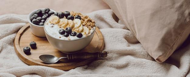 バナナとシリアルとベッドでの朝食の高角度