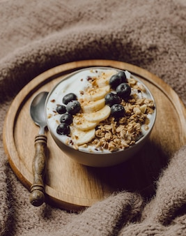 シリアルとバナナとベッドでの朝食の高角度