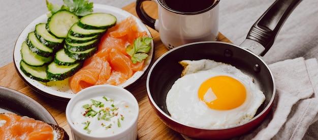 Бутерброды на завтрак с жареным яйцом и тостами под высоким углом