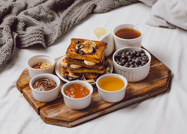 블루 베리와 바나나와 함께 아침 토스트의 높은 각도