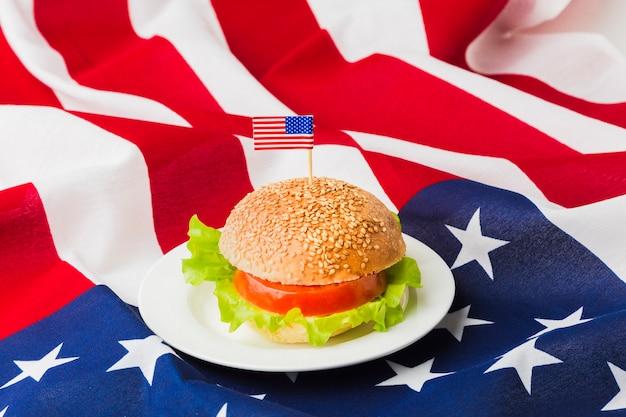 Высокий угол бургер на тарелку с американским флагом