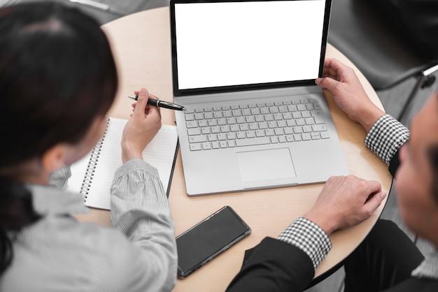 コピースペースを持つビジネスの男性と女性の高角度
