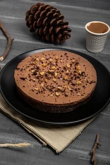 Высокий угол торта на тарелку с шишкой