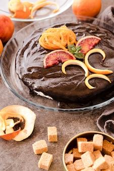 Высокий угол торта с фруктами и кусочками сахара