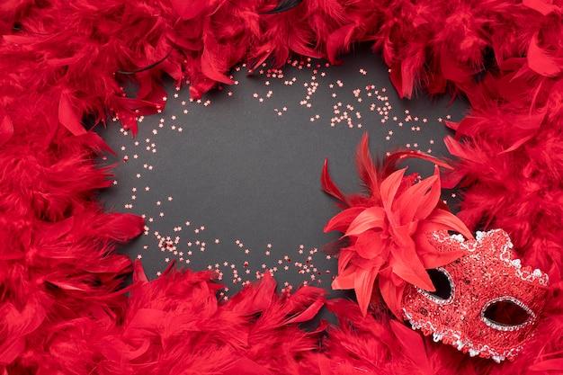 Высокий угол карнавальной маски с копией пространства и перьями