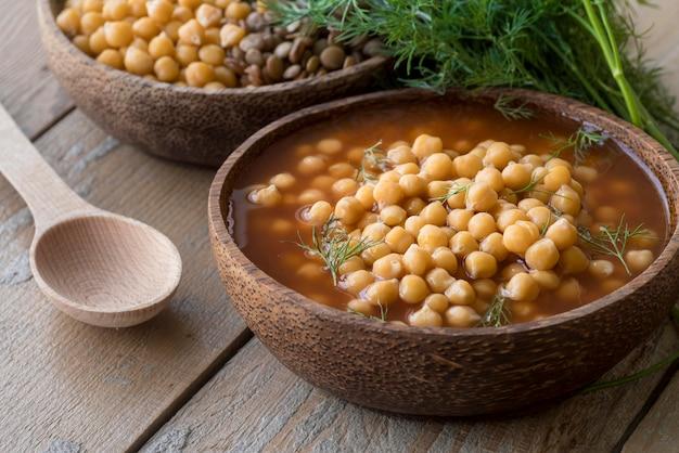 Концепция супа из нута под высоким углом