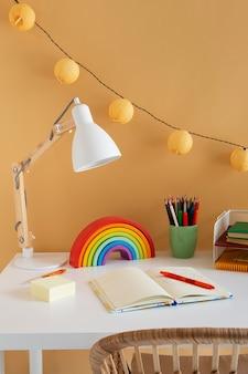 虹とノートを備えた子供用デスクの高角度