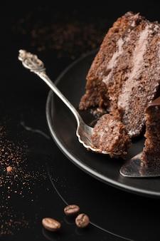 スプーンでチョコレートケーキスライスの高角度