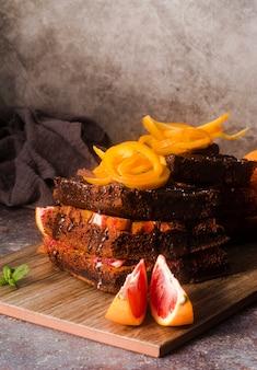 Высокий угол шоколадного торта с фруктами и мятой