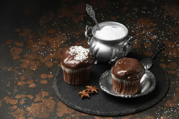 スレート上のチョコレートデザートの高角度