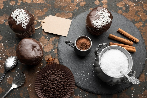 ココナッツフレークとシナモンスティックを使った高角度のチョコレートデザート