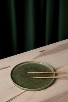 Большой угол наклона палочек на тарелке
