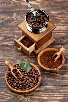 Высокий угол кофе концепции на деревянный стол