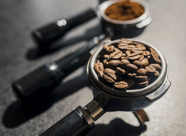Высокий угол чашки кофе-машина с кофе в зернах